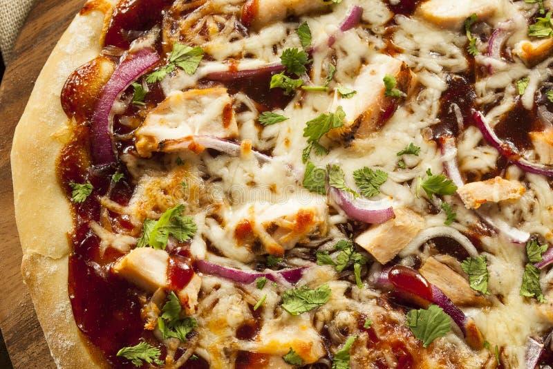 Pizza faite maison de poulet de barbecue photographie stock
