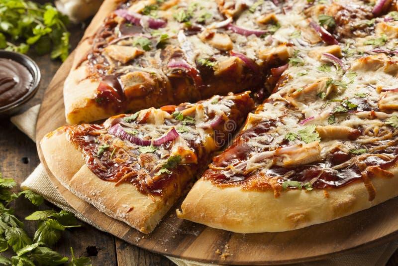Pizza faite maison de poulet de barbecue images stock