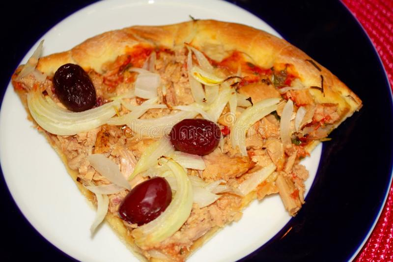 Pizza faite maison de tranche de thon photo stock