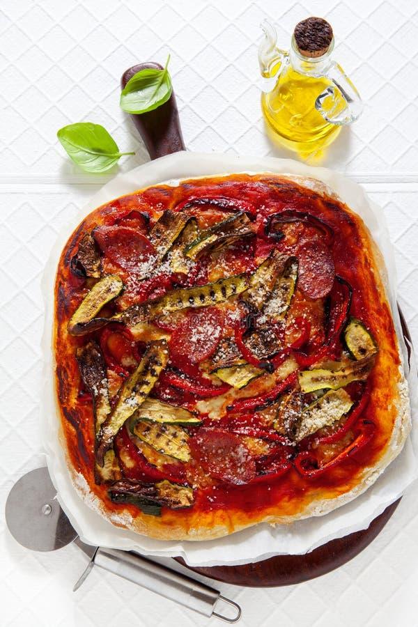 Pizza faite maison italienne traditionnelle avec les légumes grillés et le s image libre de droits