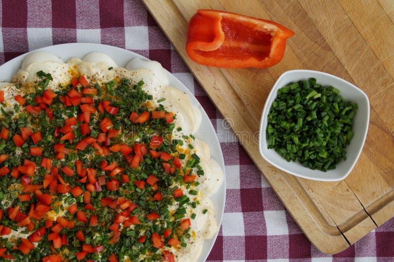 Pizza faite maison pr?par?e pour la cuisson images libres de droits