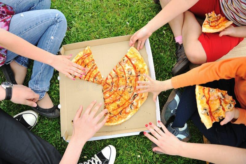 Pizza, família, ao ar livre fotos de stock royalty free