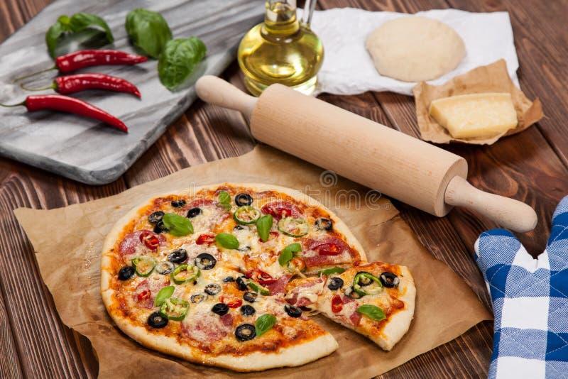 Pizza feita home deliciosa fotos de stock royalty free