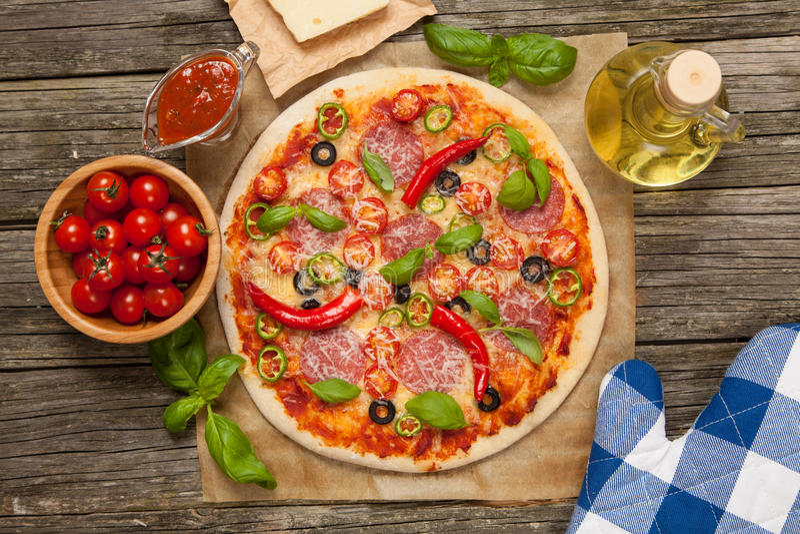 Pizza feita home deliciosa foto de stock