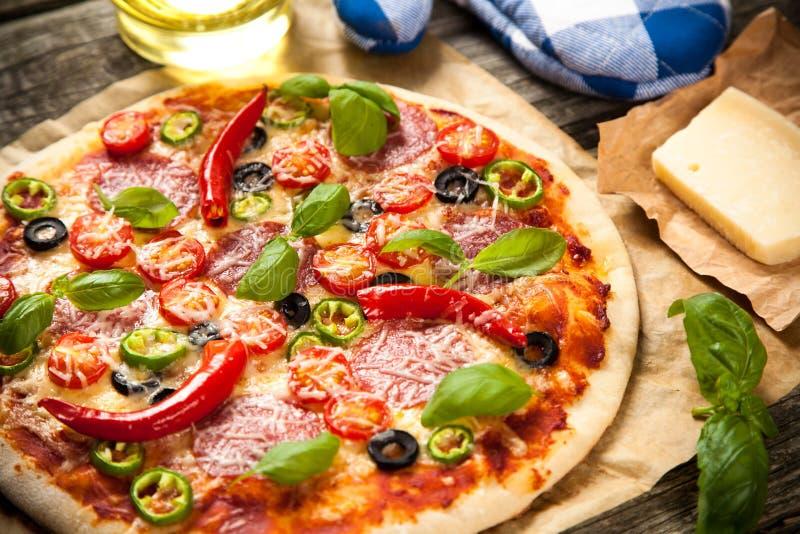 Pizza feita home deliciosa imagens de stock