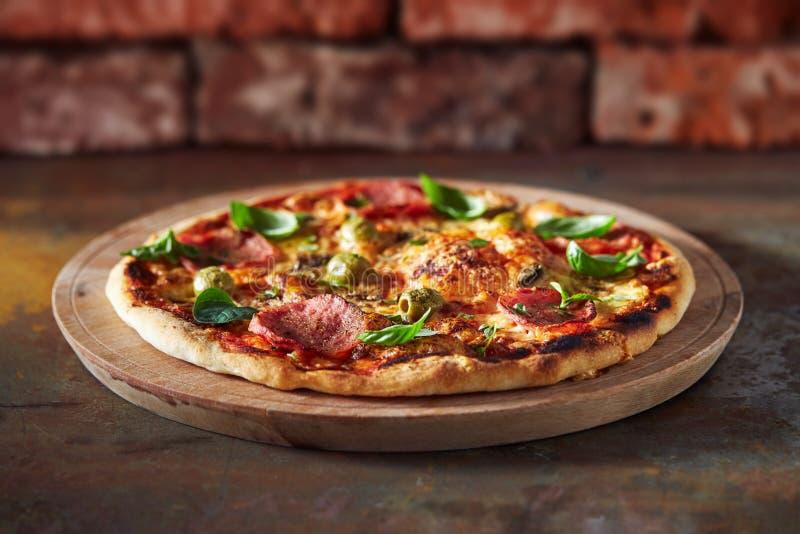 Pizza fina da crosta com presunto, queijo e azeitona imagem de stock