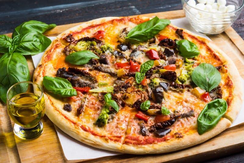 Pizza fraîche sur la table en bois photographie stock libre de droits
