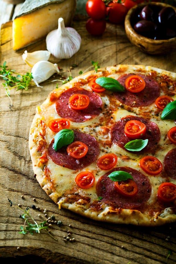 Pizza fraîche sur le bois photo stock