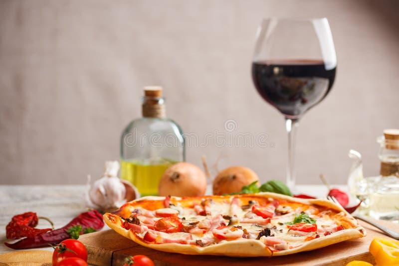 Pizza fresca fotografía de archivo libre de regalías
