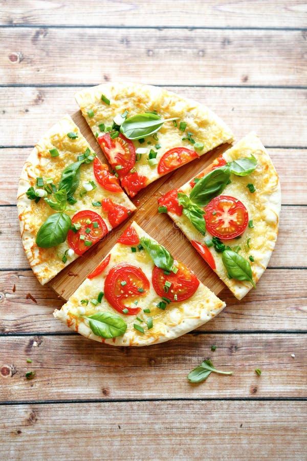 Pizza fresca com mussarela imagem de stock