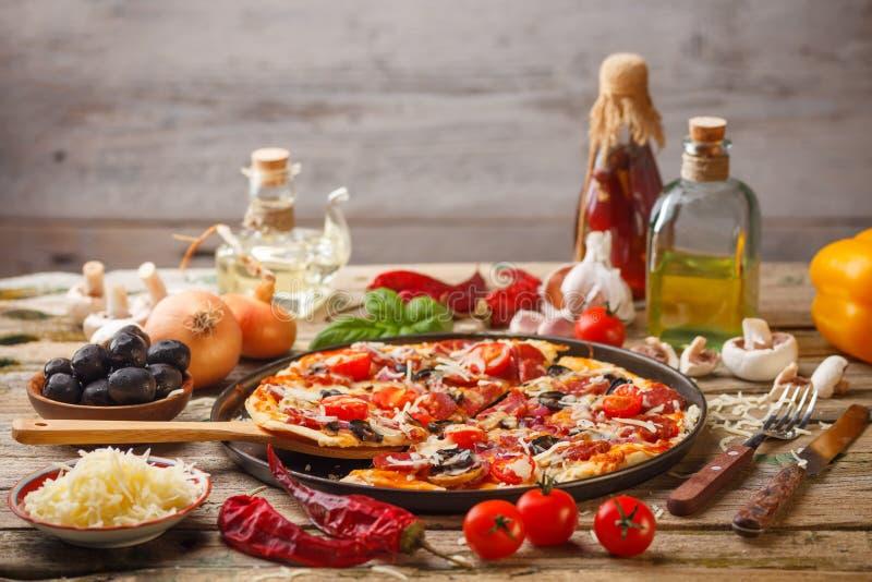 Pizza fresca deliciosa foto de archivo libre de regalías
