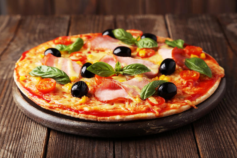 Pizza fresca deliciosa no fundo de madeira marrom foto de stock royalty free