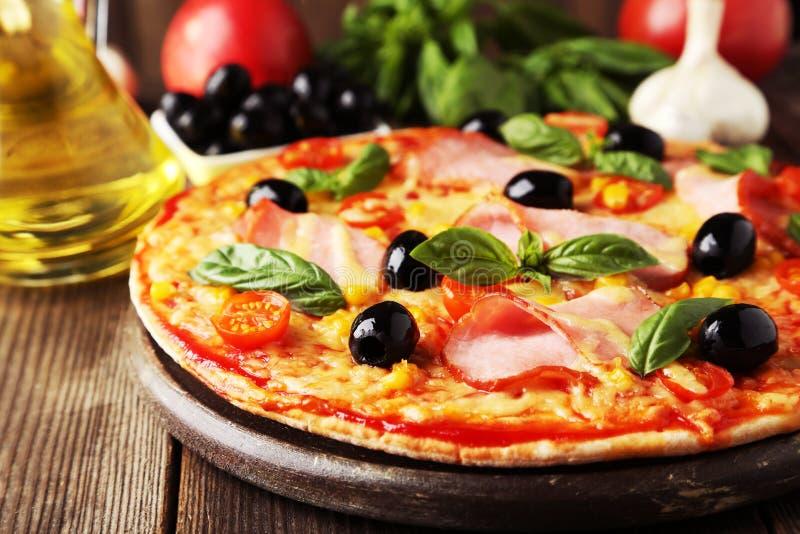 Pizza fresca deliziosa su fondo di legno marrone fotografie stock
