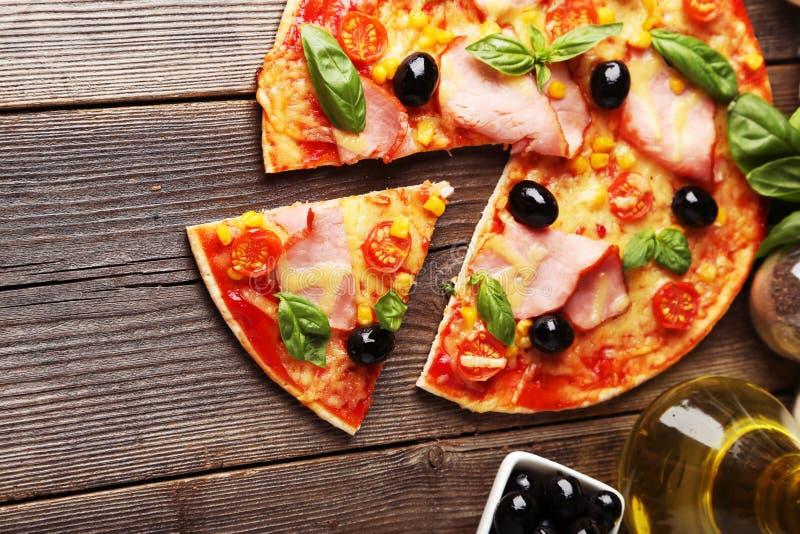 Pizza fresca deliziosa su fondo di legno marrone fotografia stock