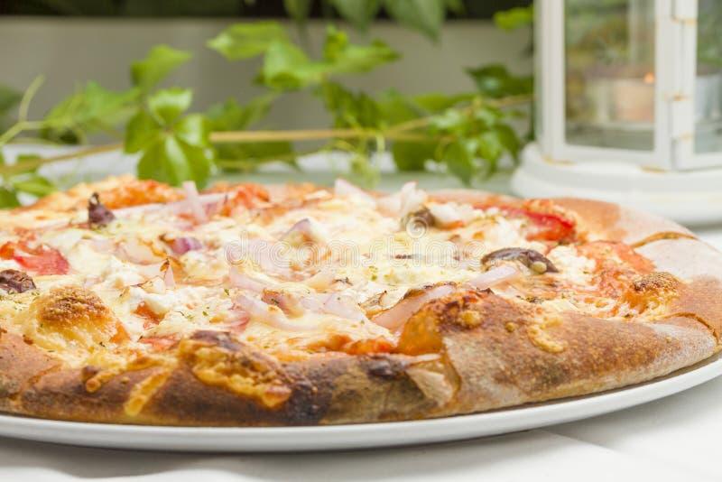 Pizza fresca no restaurante foto de stock