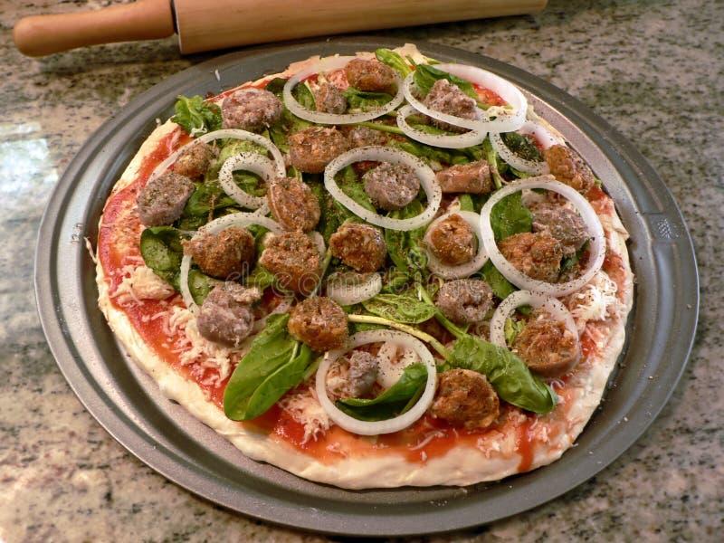 Pizza fresca unbaked foto de stock