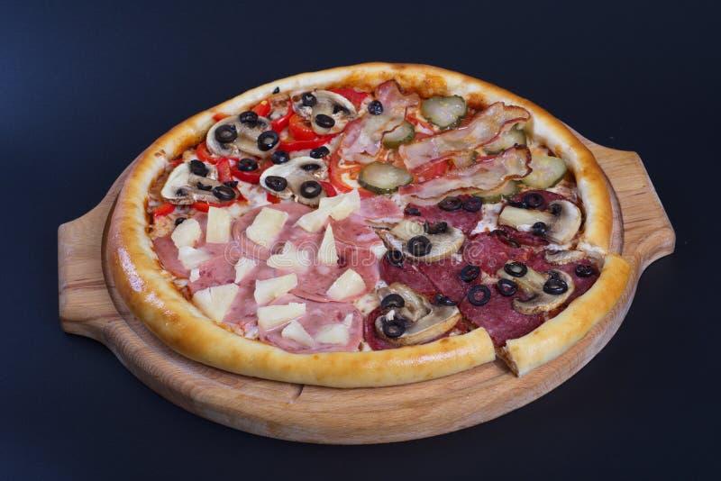 Pizza, fromage et viande de saucisse photos libres de droits