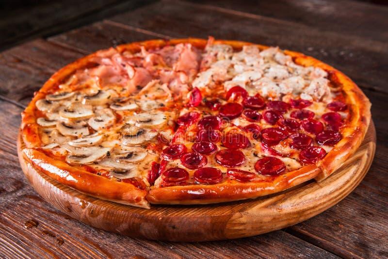 Pizza geschnitten auf Scheiben, Draufsicht Ungesunde Fertigkost, Kalorien lizenzfreie stockfotografie