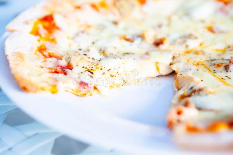 Pizza hatte eine Scheibe gegessen lizenzfreie stockfotografie