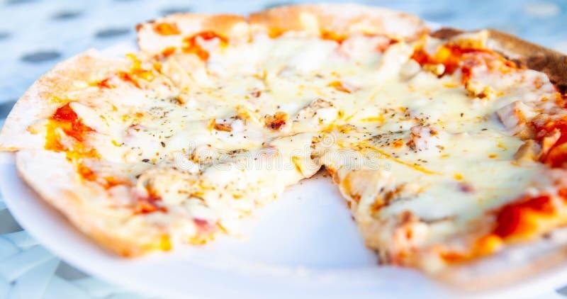 Pizza hatte eine Scheibe gegessen lizenzfreie stockfotos