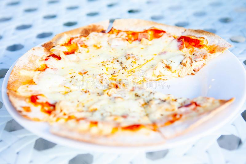 Pizza hatte eine Scheibe gegessen stockfotografie