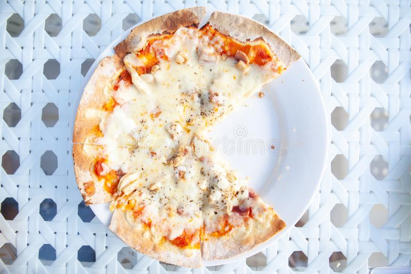 Pizza hatte zwei Scheiben gegessen lizenzfreie stockfotografie