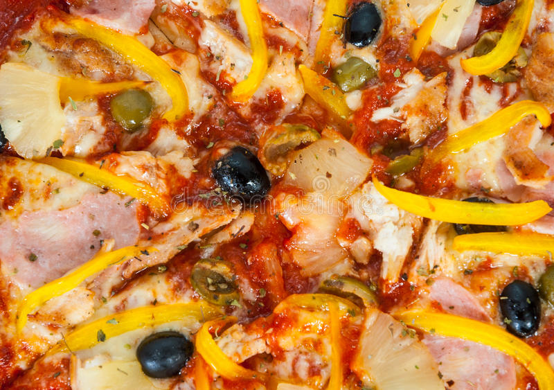 Pizza havaiana com abacaxi, presunto, galinha, queijo, azeitonas e vegetais fotos de stock royalty free