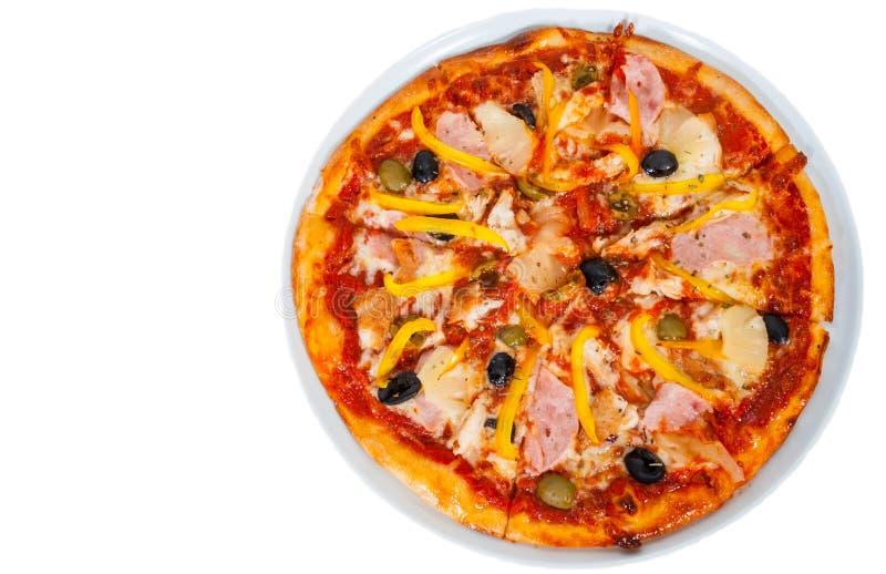 Pizza havaiana com o abacaxi, o presunto, a galinha, o queijo, as azeitonas e os vegetais isolados no branco imagens de stock