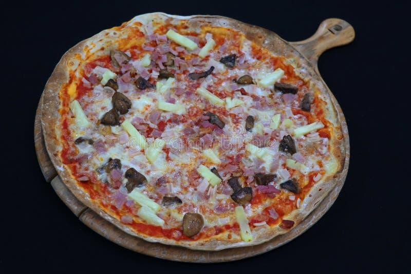 Pizza havaiana da crosta fina com abacaxi e bacon imagem de stock