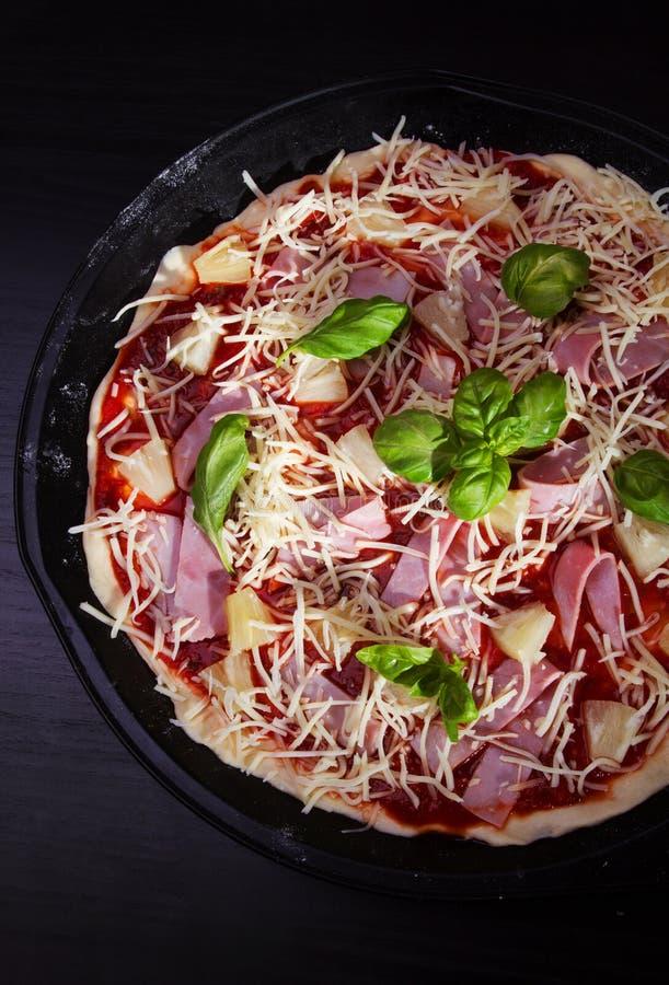 Pizza Hawaï met ham en ananas stock afbeelding
