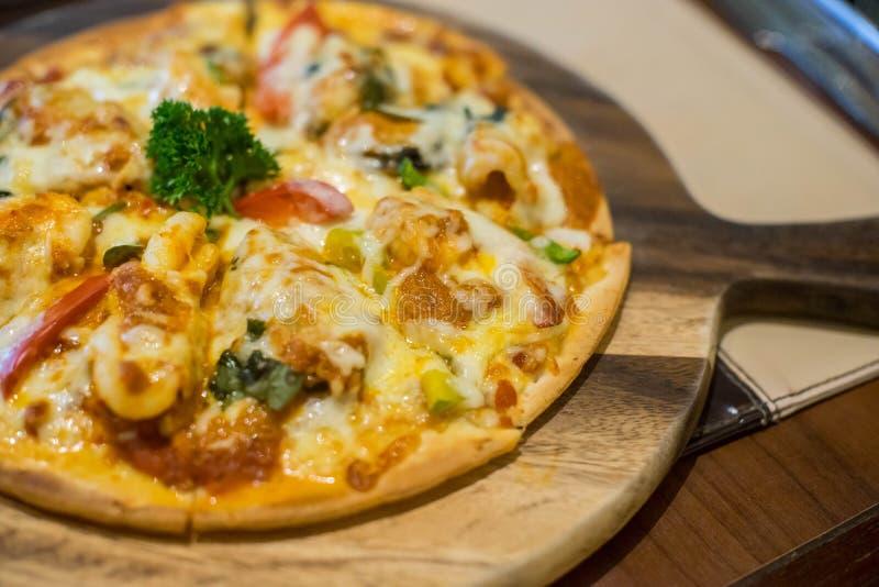 Pizza Hawaï op de houten schotel royalty-vrije stock foto