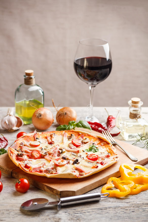 Pizza hecha en casa foto de archivo libre de regalías