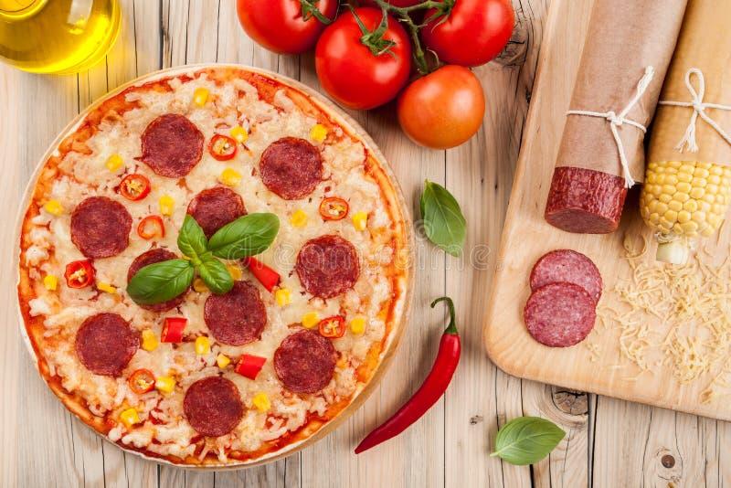 Pizza hecha en casa fotografía de archivo