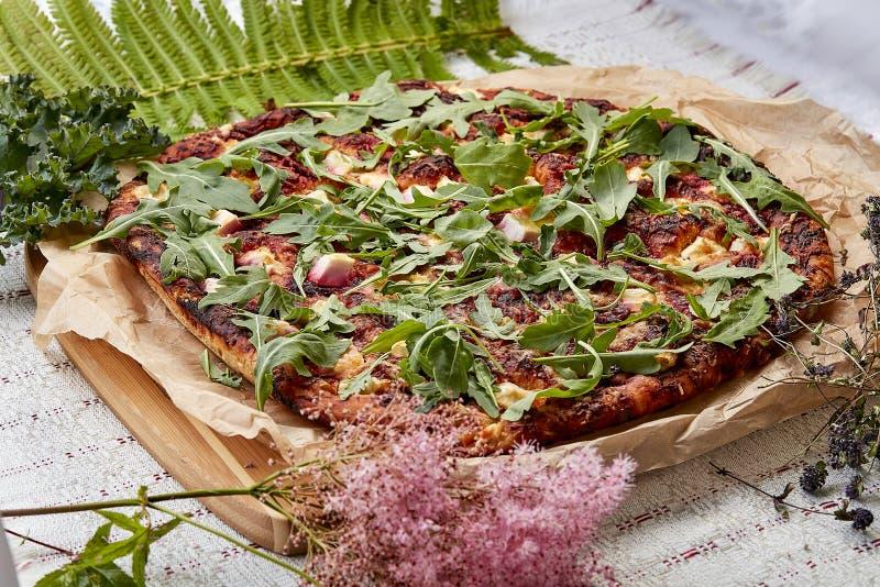 Pizza hecha en casa con queso y rucola foto de archivo libre de regalías