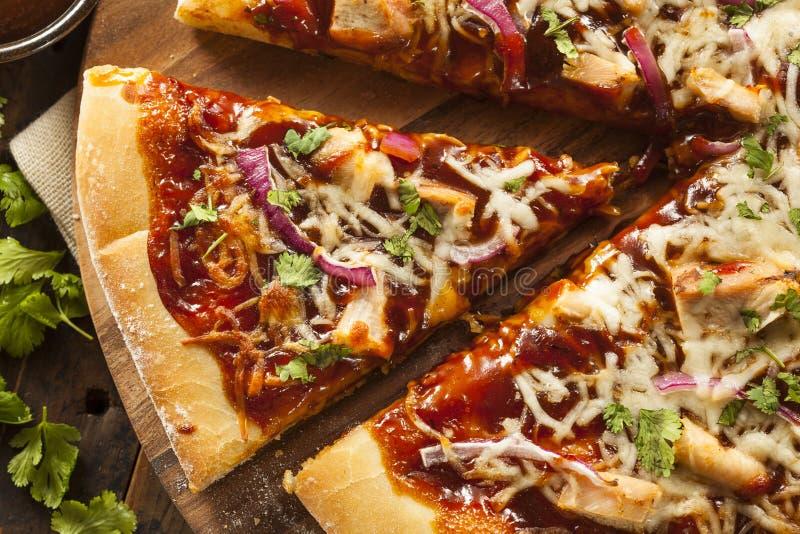 Pizza hecha en casa del pollo de la barbacoa imagen de archivo