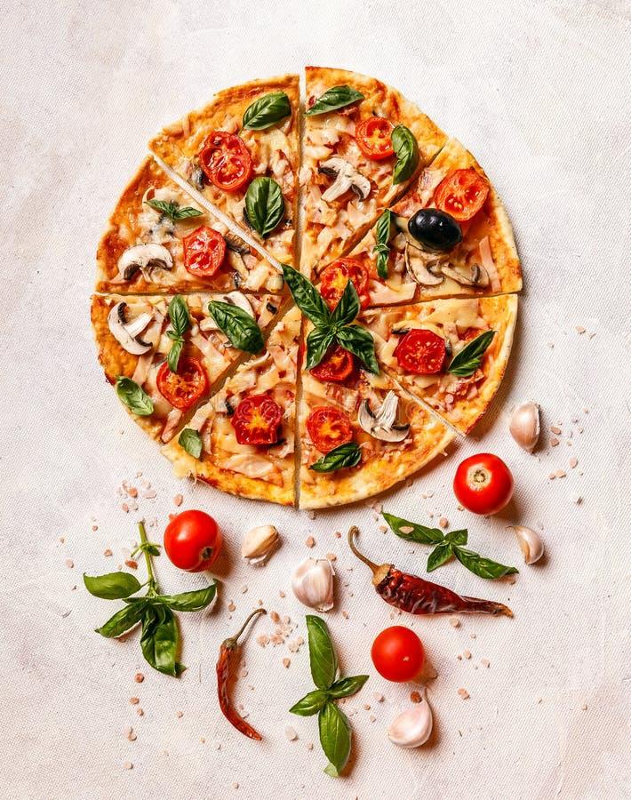 Pizza hecha en casa fresca imagenes de archivo
