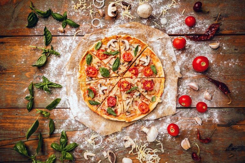 Pizza hecha en casa fresca fotografía de archivo libre de regalías