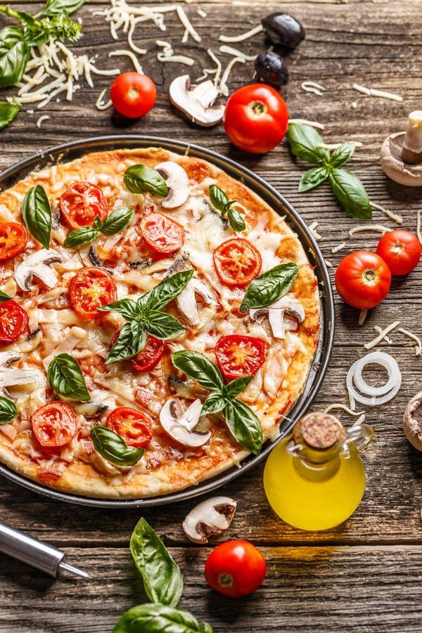 Pizza hecha en casa fresca fotos de archivo