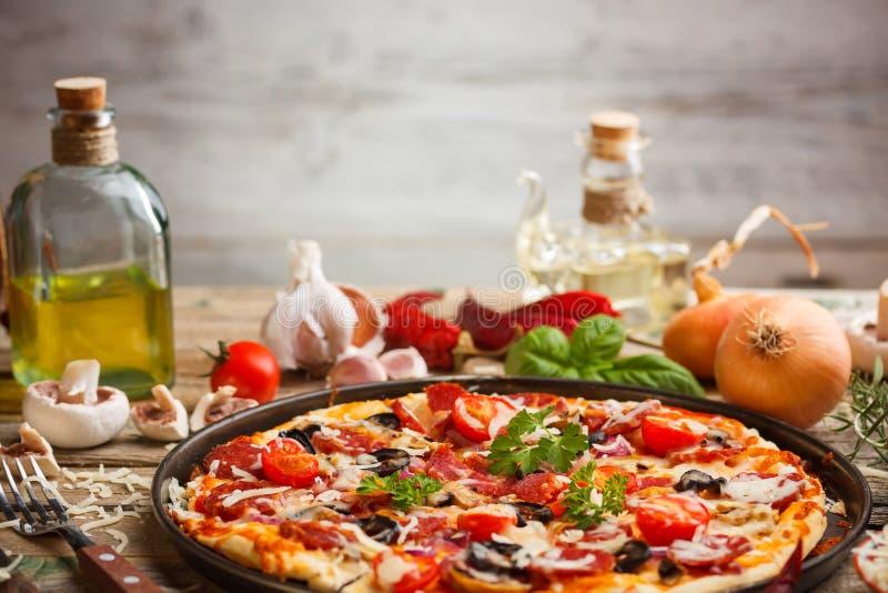 Pizza hecha en casa fresca imagen de archivo