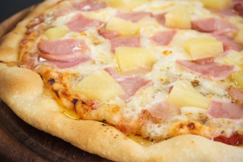Pizza hecha en casa fresca Caliente del horno Pizza de Hawiian Tas del favorito fotos de archivo libres de regalías