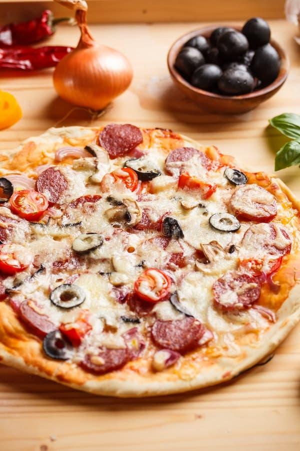 Pizza hecha en casa fresca del salami imágenes de archivo libres de regalías