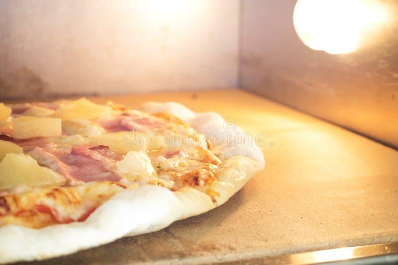 Pizza hecha en casa en horno Pizza de Hawiian Gusto preferido para el amante fotografía de archivo libre de regalías