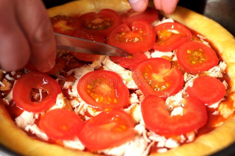 Pizza hecha en casa, proceso de cocinar cierre para arriba fotos de archivo libres de regalías