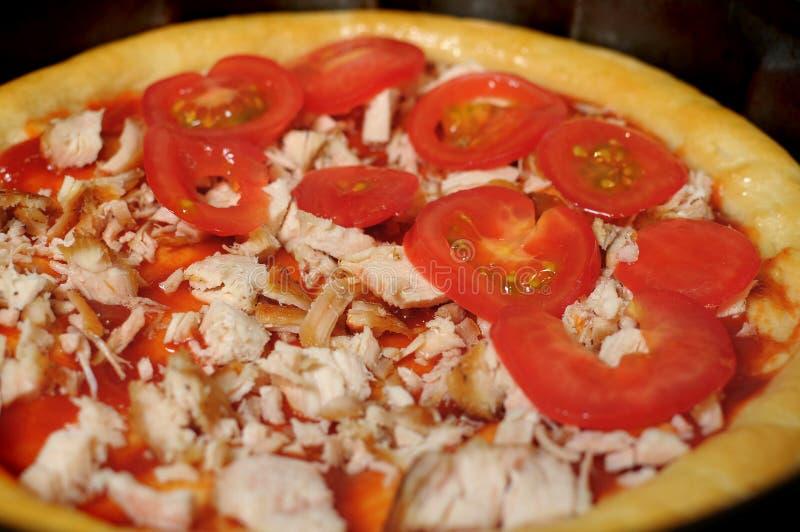 Pizza hecha en casa, proceso de cocinar cierre para arriba imagenes de archivo