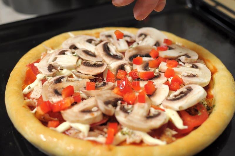 Pizza hecha en casa, proceso de cocinar cierre para arriba imagen de archivo