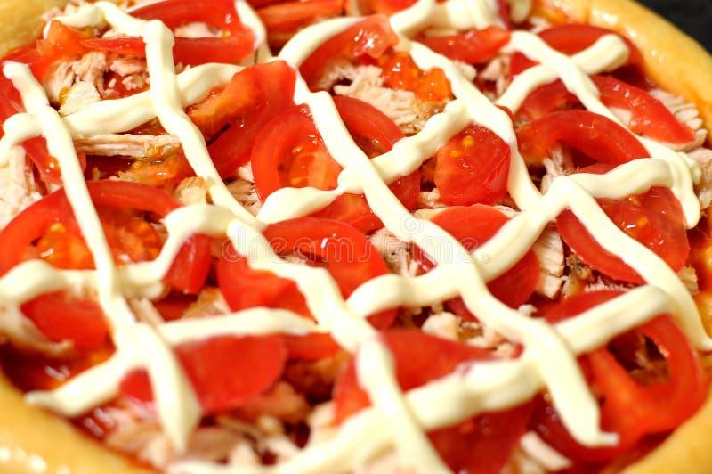 Pizza hecha en casa, proceso de cocinar cierre para arriba fotos de archivo