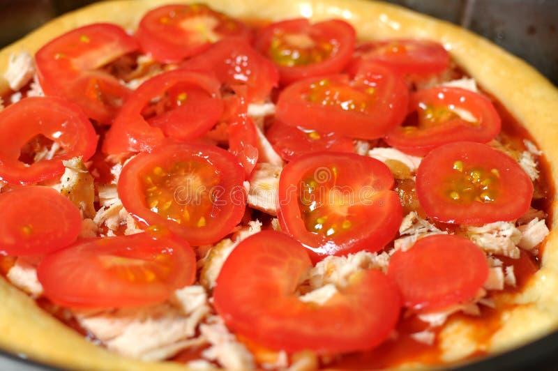 Pizza hecha en casa, proceso de cocinar cierre para arriba foto de archivo libre de regalías