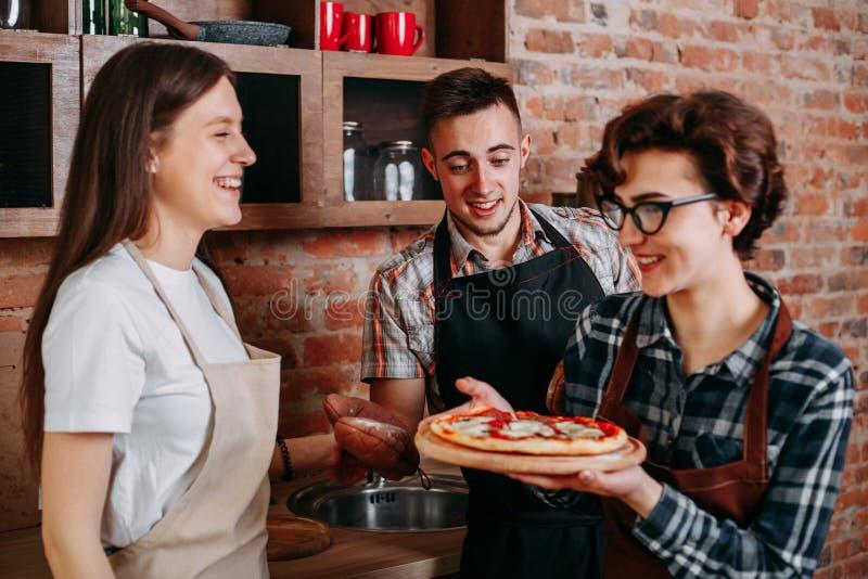 Pizza inábil do presente do cozinheiro a seus amigos fotos de stock