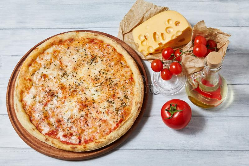 Pizza irritable de margarita avec la sauce tomate, mozzarella images stock
