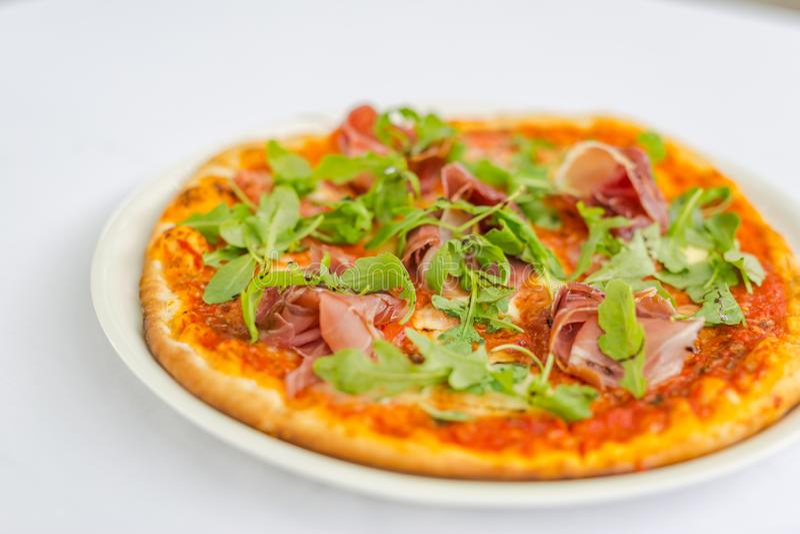 Pizza isolée sur fond blanc Pizza Margarita maison avec tomates, basilic et fromage à la mozzarella photographie stock libre de droits